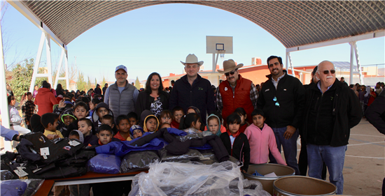 Entrega DIF Municipal de Chihuahua chamarras a niños de escuela primaria Cuitláhuac