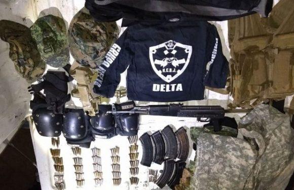 Detienen a sujeto con droga, armas, municiones y equipo táctico.