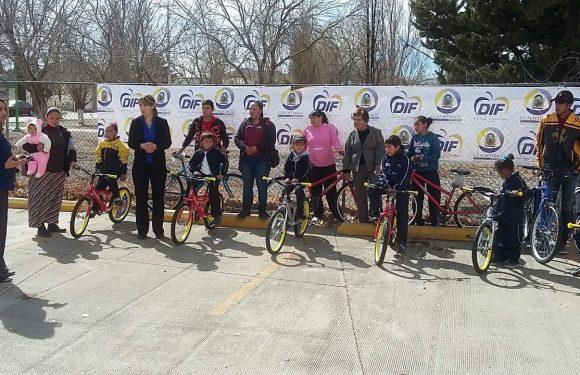 Entregan once bicicletas a niños de Napavechi para que vayan a la escuela
