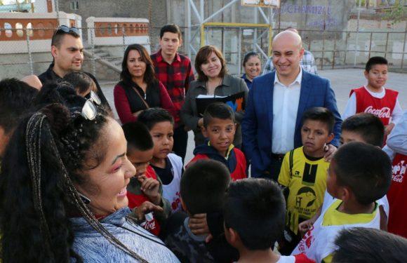 Escucha Miguel La Torre peticiones de niños que entrenan en el parque el Chamizal