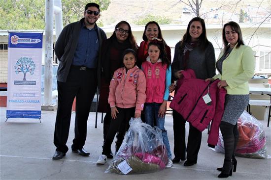 Entrega DIF Municipal chamarras en la escuela primaria Agustín Melgar *Como parte del programa Abraza un corazón, regala una chamarra