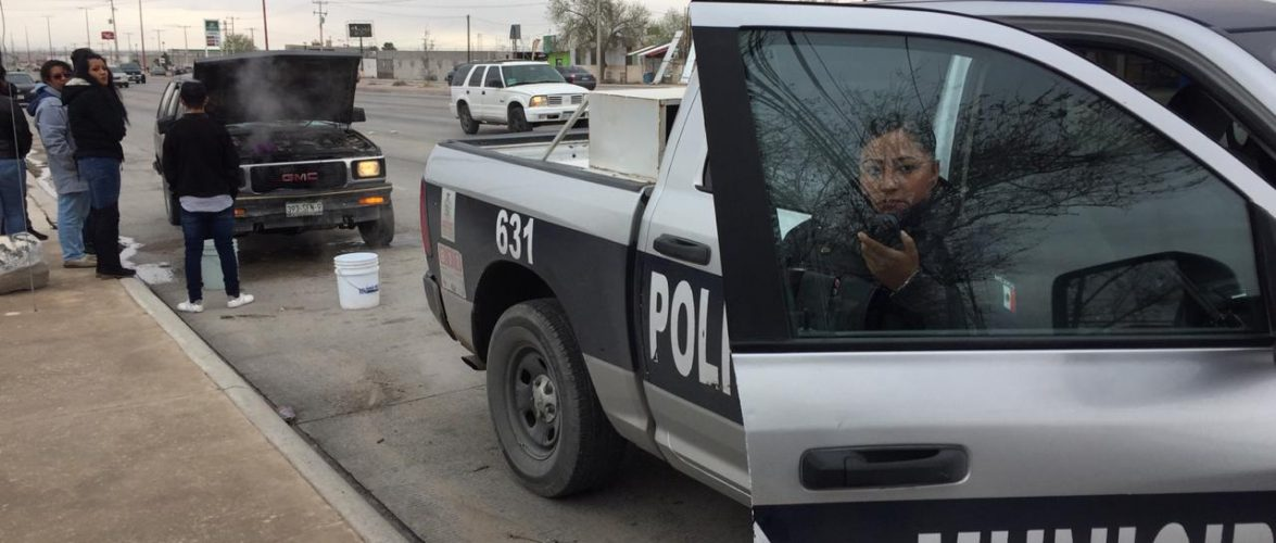 Juarez | Evitan policías municipales que se incendie camioneta