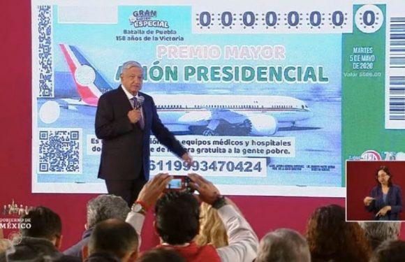 Amlo presenta cachito para rifa del avión presidencial