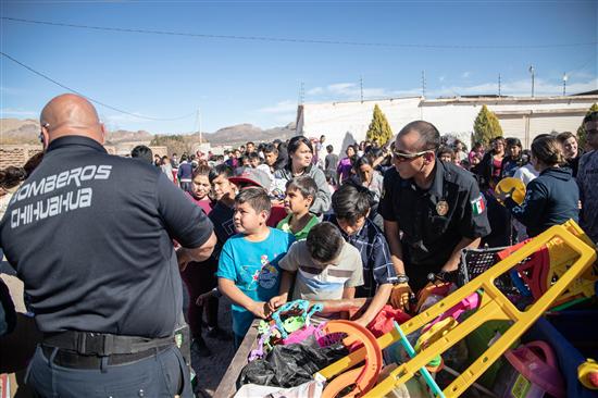 Bomberos repartieron más de 3 mil juguetes a niños en zonas vulnerables