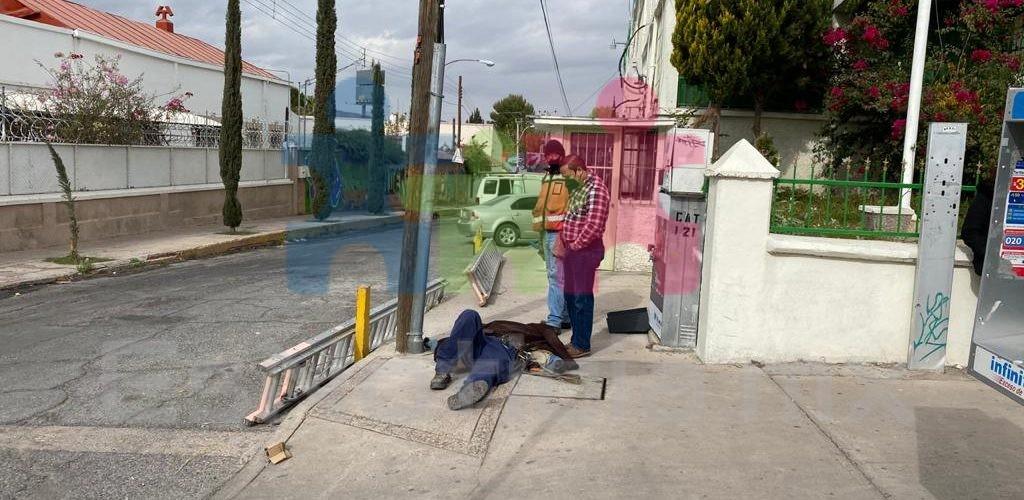 Empleado de Telmex se cae de poste mientras laboraba