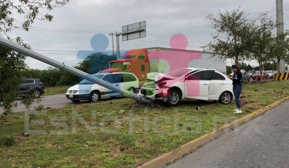 Choca conductora contra poste en la Tecnológico; resulta lesionada