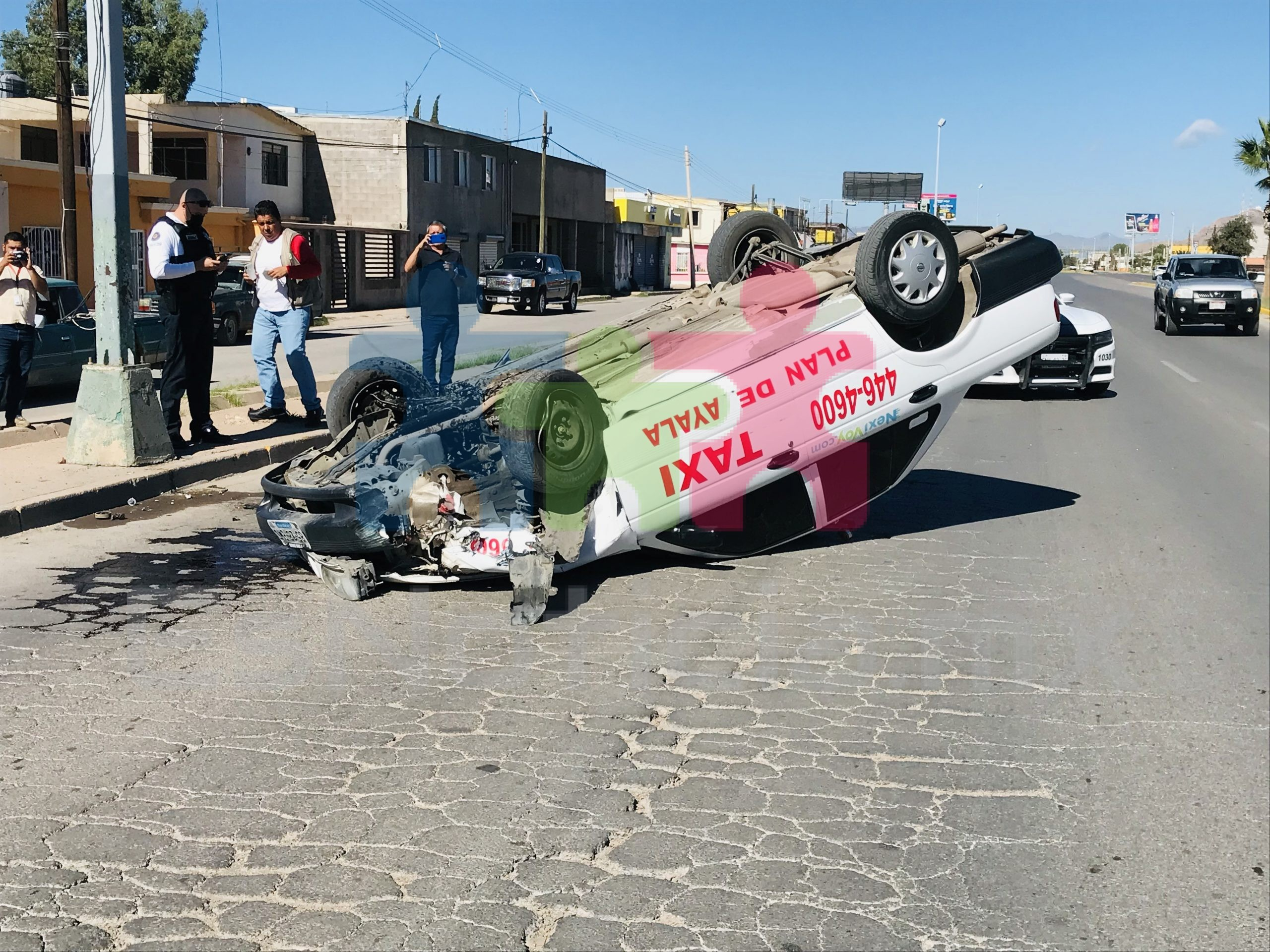 Vuelca taxi en el Fuentes Mares; mujer quedó herida